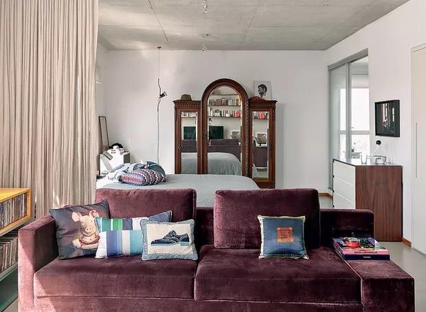 sala com sofa marsala