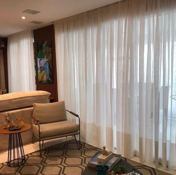 sala de estar com cortina de linho