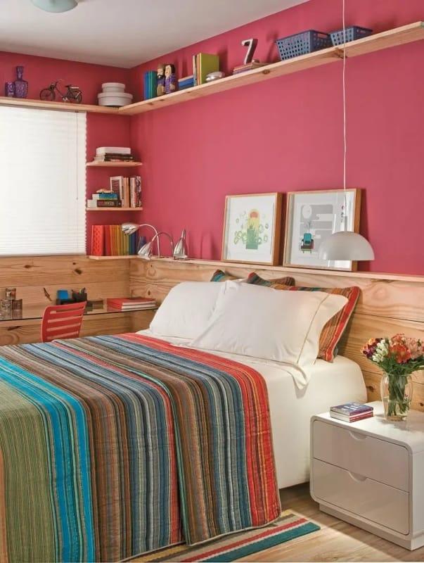 quarto com parede na cor magenta