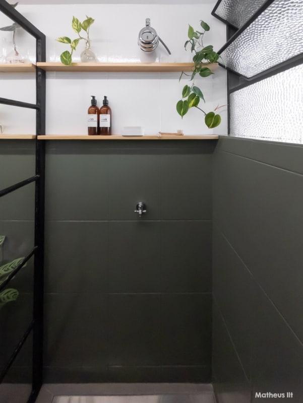 banheiro com meia parede de tinta para azulejo