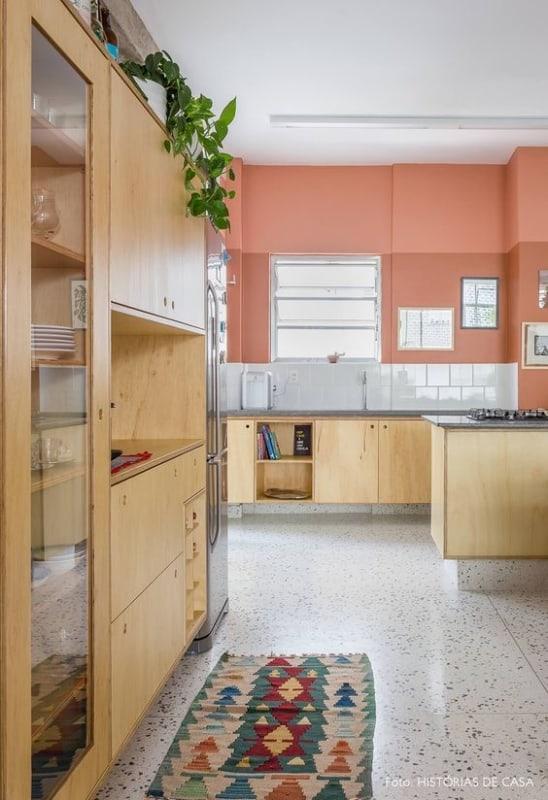 cozinha simples com cor goiaba na parede