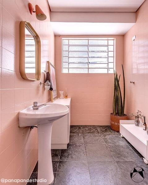 banheiro com azulejos pintados de rosa