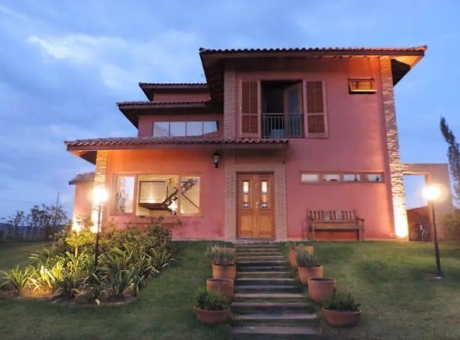 fachada de casa em cor goiaba