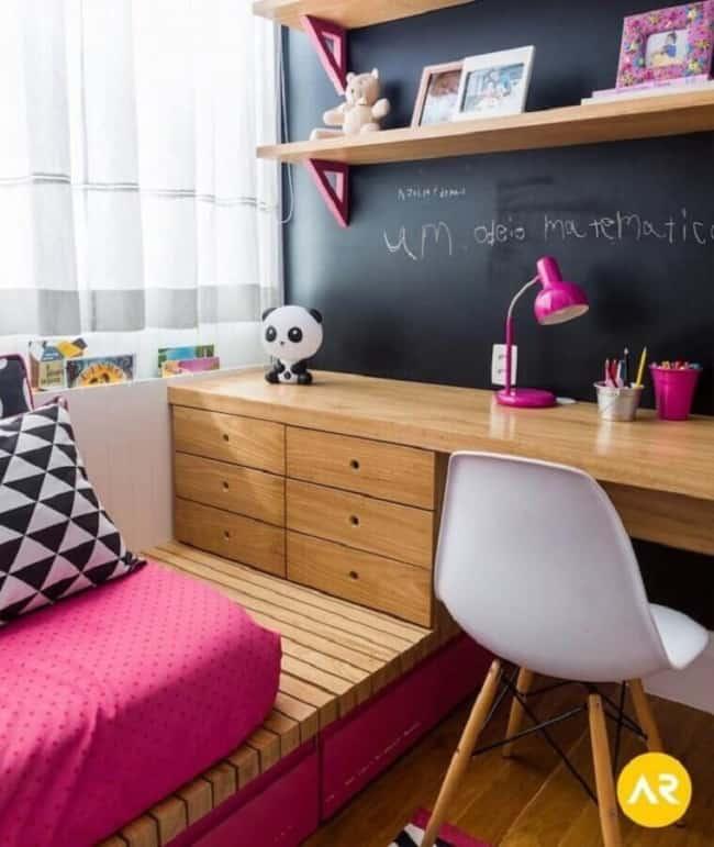quarto feminino decorado com cor magenta
