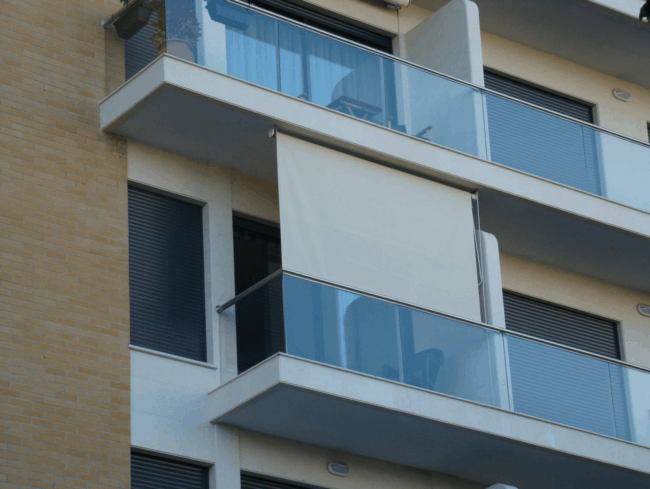sacada de apartamento com toldo cortina