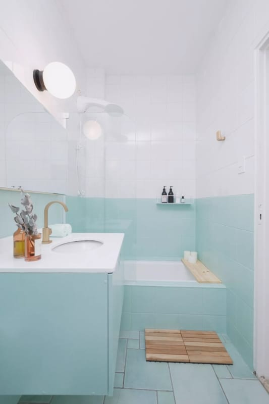 banheiro antigo com pintura no azulejo