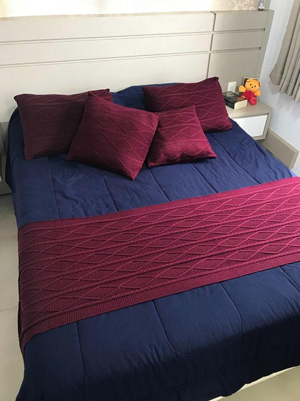 cama com cabeceira e almofadas marsala