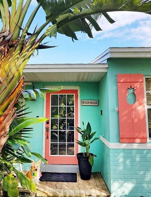 cor goiaba em detalhes de fachada de casa de praia
