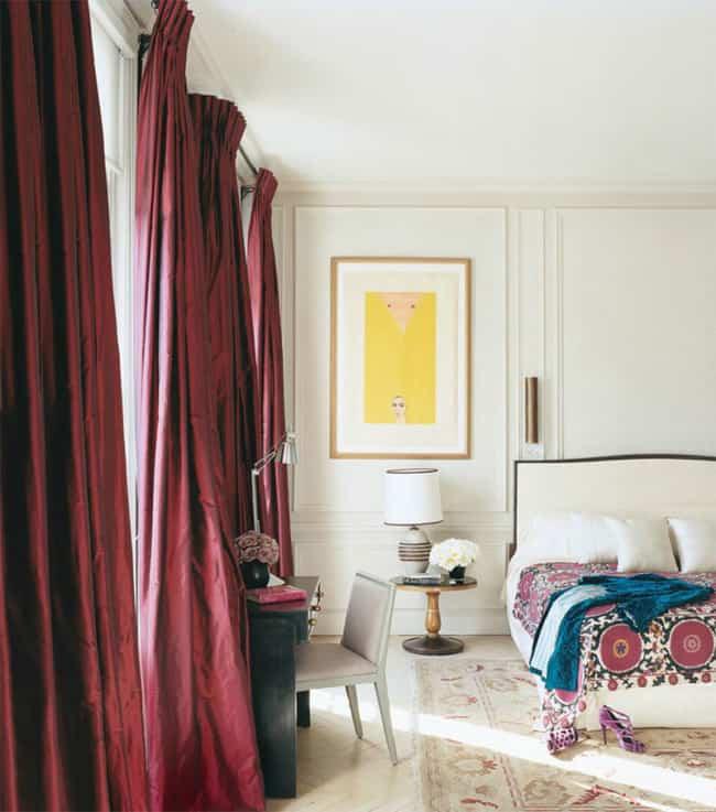 quarto com cortinas na cor marsala