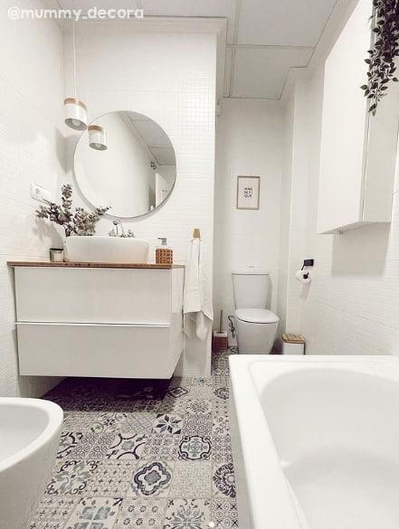 banheiro com azulejos pintados de branco