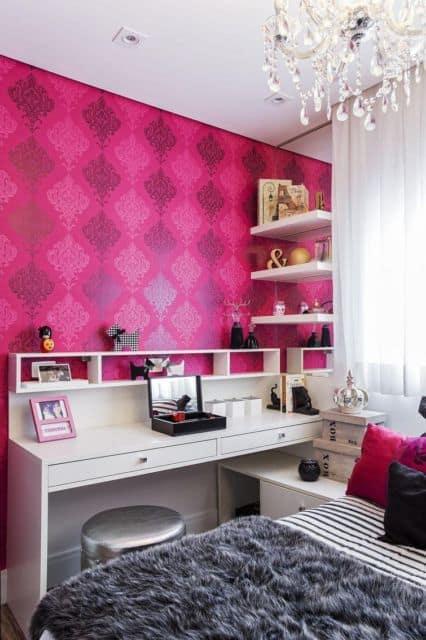 quarto feminino com papel de parede na cor magenta