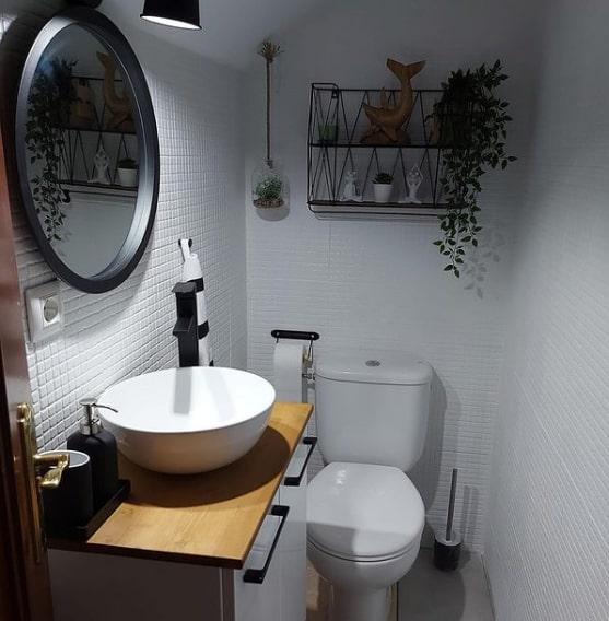 banheiro com pastilhas pintadas