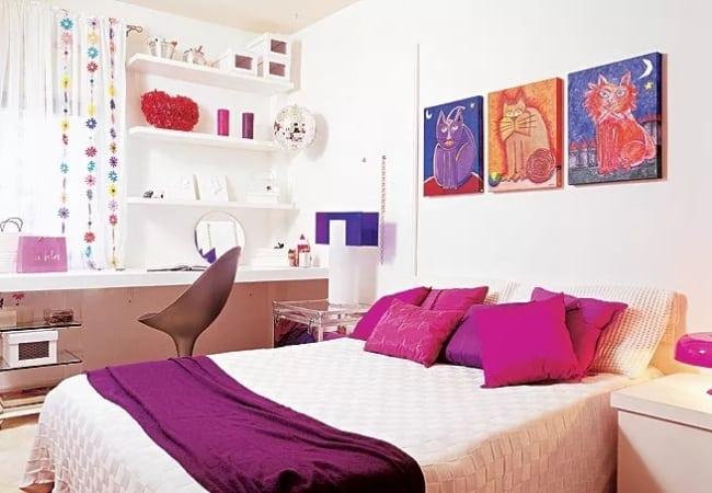 quarto com almofadas magenta decorando a cama