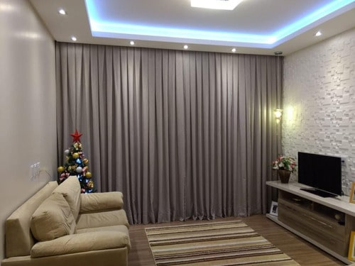 sala com cortina cinza