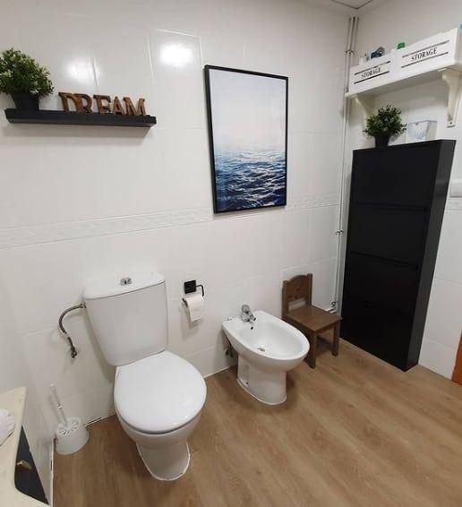 azulejo de banheiro com tinta branca
