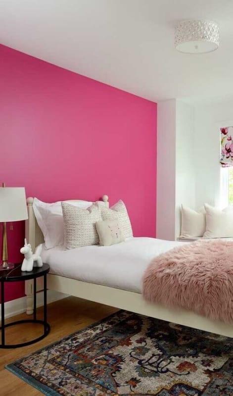 quarto com parede magenta