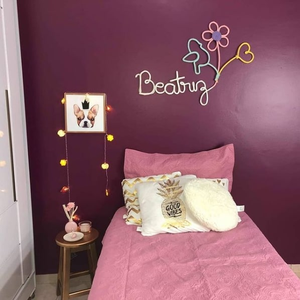 quarto feminino com parede marsala