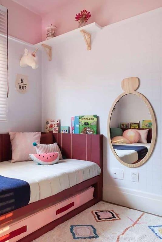 quarto infantil com cama na cor marsala