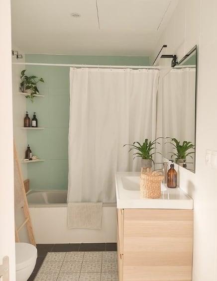 banheiro com tinta de azulejo em verde menta