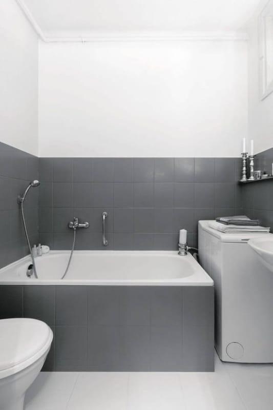 banheiro antigo com azulejo pintado de cinza