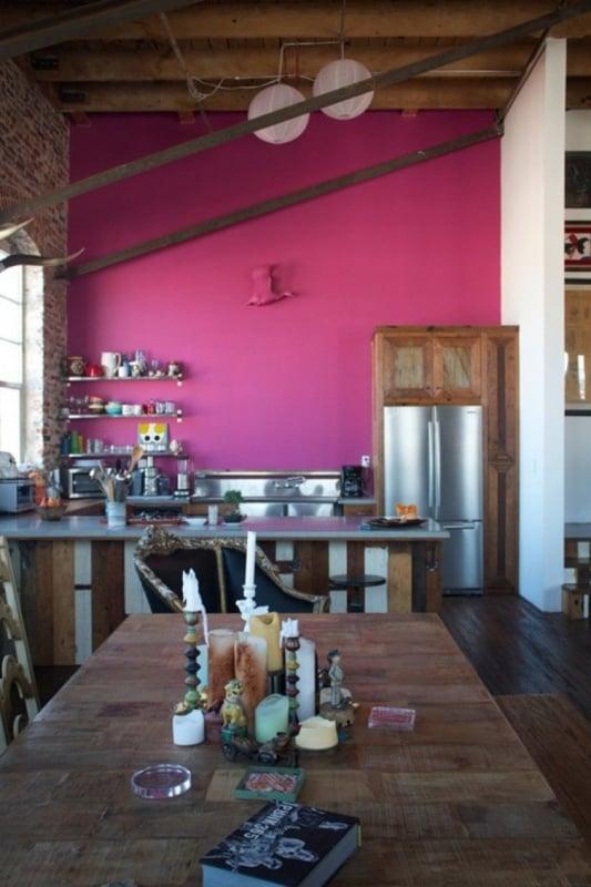 cozinha rustica com parede magenta