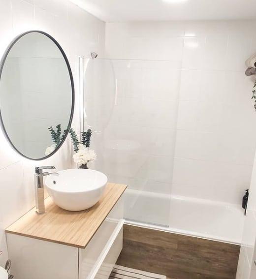 banheiro clean e moderno com azulejos pintados