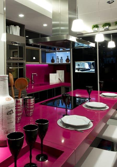 cozinha moderna com decoracao em magenta e preto