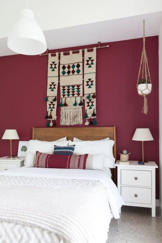 quarto de casal com parede marsala