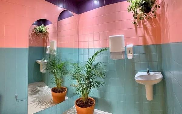 banheiro colorido com tinta para azulejo