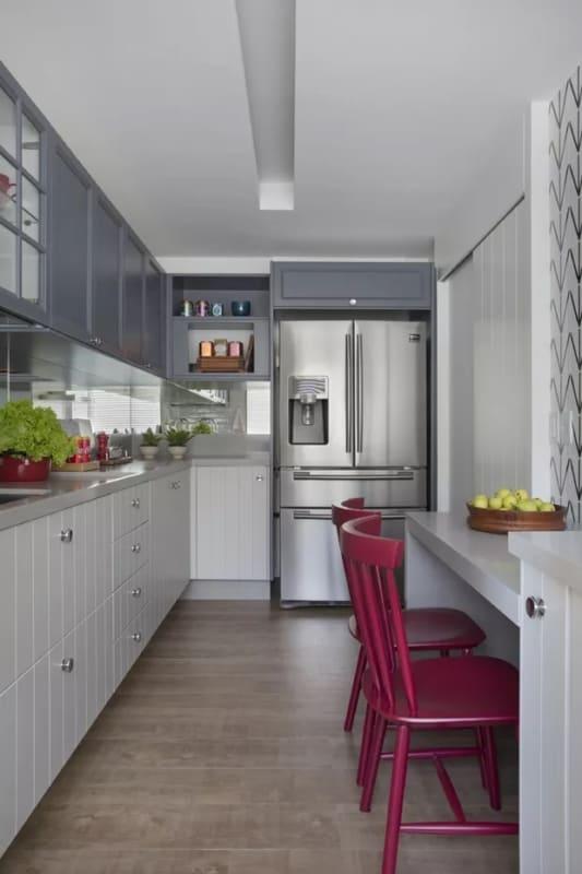 cozinha cinza com cadeiras na cor magenta