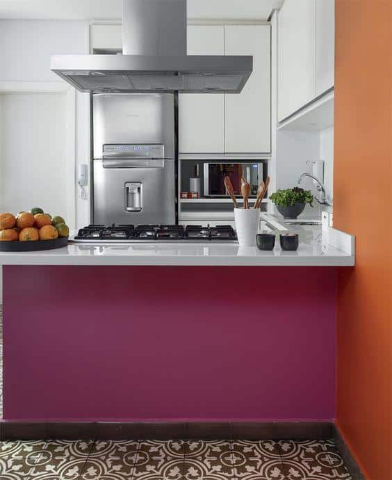 cozinha moderna com cor magenta em balcao