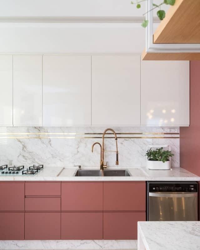 cozinha moderna com marsala e dourado