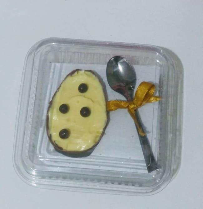 ovo de pascoa com colher em embalagem plastica