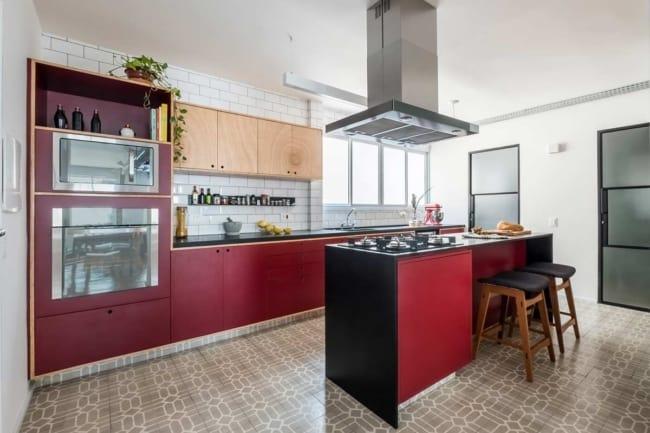 cozinha com armarios na cor marsala