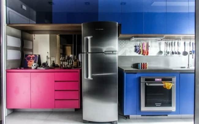 cozinha moderna com armarios em magenta e azul