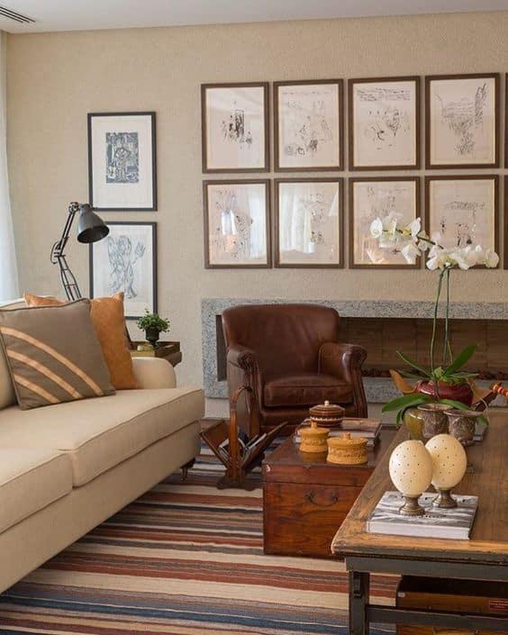 sala com parede de quadros e tinta palha