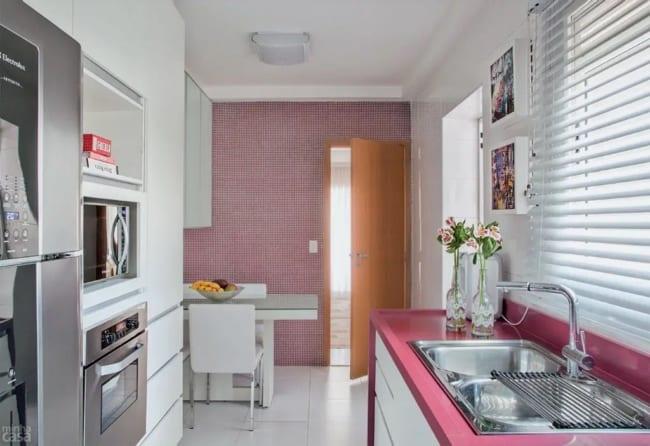 cozinha pequena com bancada na cor magenta