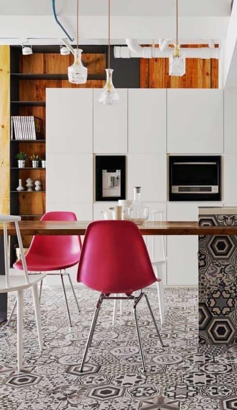 cozinha com cadeiras na cor magenta