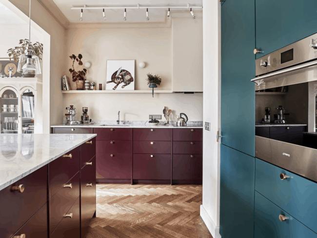 cozinha com armarios marsala e puxadores dourados