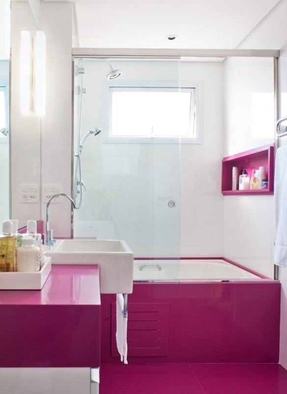 banheiro moderno com cor magenta