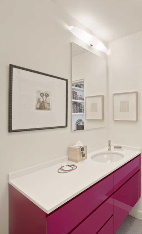 banheiro com movel planejado na cor magenta