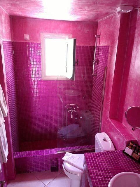 banheiro com pastilhas em cor magenta