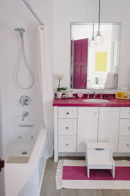 banheiro branco e magenta