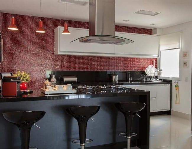 cozinha com revestimento marsala na parede