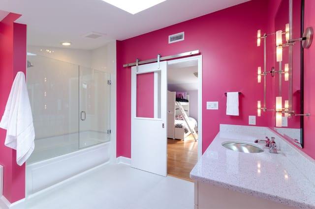 banheiro grande em magenta e branco