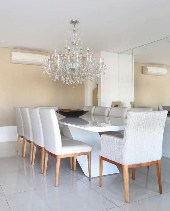 sala de jantar com parede palha