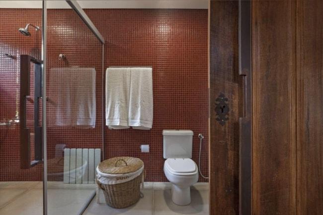 banheiro com pastilhas marsala