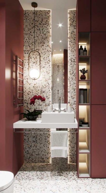 banheiro moderno com paredes marsala