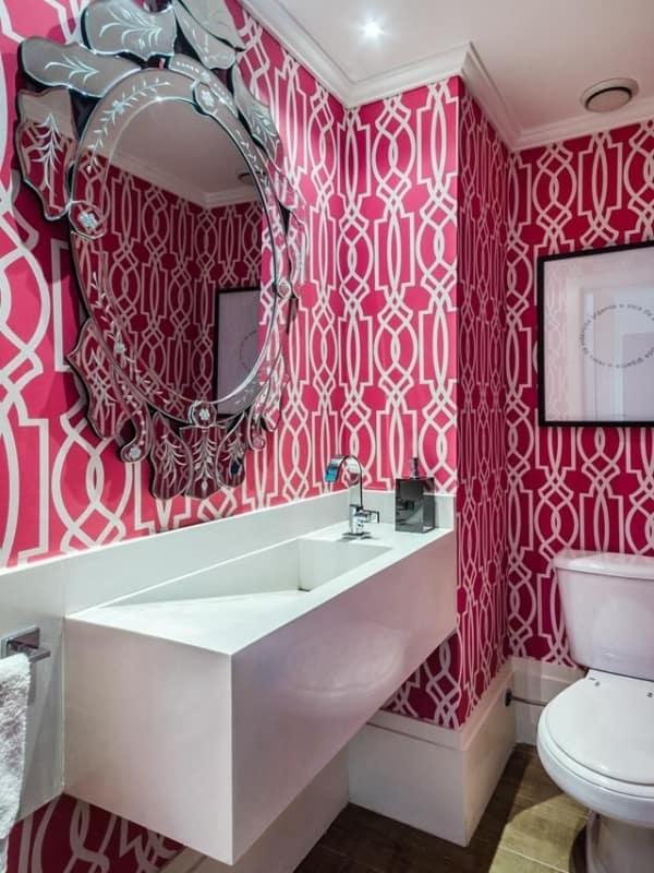 lavabo com papel de parede magenta