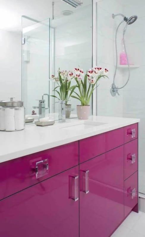 banheiro com armario em cor magenta